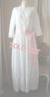 エドワディアン、白刺繍とタフタリボンのドレス