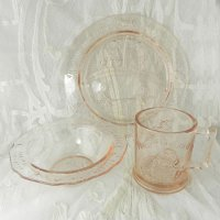 ハンプティ・ダンプティ等マザーグース・ピンクガラスのチャイルド用食器セット