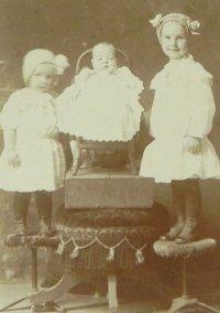 ヴィクトリアン、3人姉妹のセピアカラーフォト
