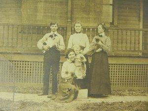 画像2: ヴィクトリア時代後半、アメリカ・カンザス州、ペットと一緒のグループフォト