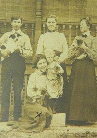 ヴィクトリア時代後半、アメリカ・カンザス州、ペットと一緒のグループフォト