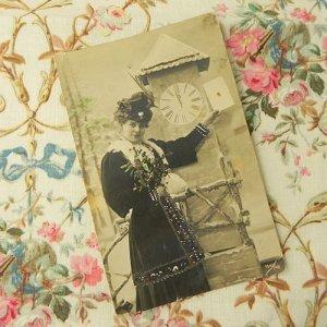 画像2: クリスマスカード、ヤドリギのブーケを持つレディ