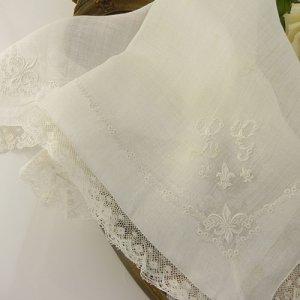 画像2: フランス、白刺繍 FlurDeLys 入り ウェディングハンキ―