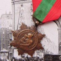 フレンチ・メダル 赤と緑のリボン付 (C)