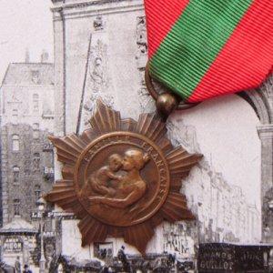 画像1: フレンチ・メダル 赤と緑のリボン付 (C)