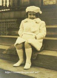 ふわふわ帽子とコートの少女