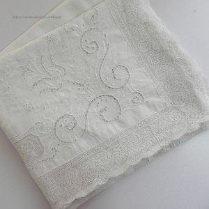 画像2: 【訳アリお買い得品】白刺繍とカットワークのテーブルクロス 3m5cmx1m35cm